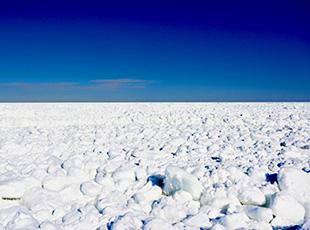北海道沖のオホーツク海の流氷