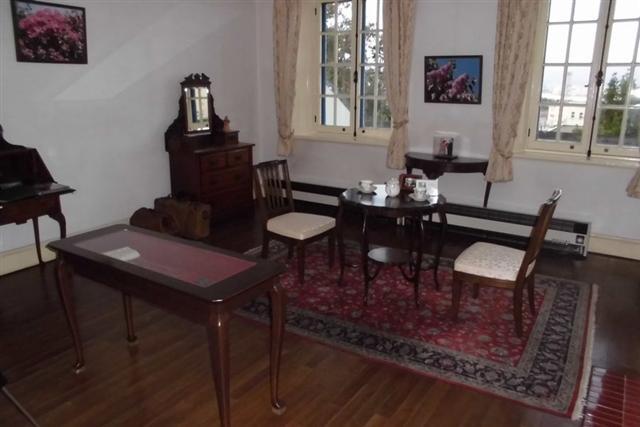 函館市旧イギリス領事館|イスに腰掛けたり、調度品に触れたり。触感も ...