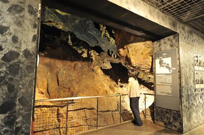 ひめゆりの塔のガマ(洞窟)を実物大で再現したジオラマ