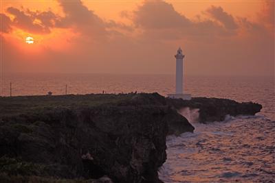 寄せる波もオレンジ色に染まる。残波岬らしい1枚を狙ってみよう