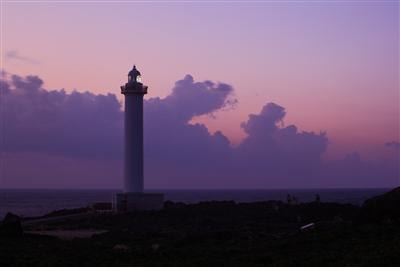 グラデーションカラーが美しい日没後の空と灯台のあかり