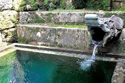 龍樋のまわりには、清水をたたえる7つの碑がある