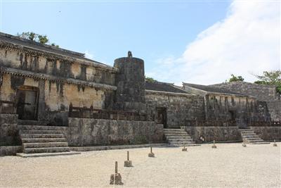 かつて板ぶきだった王城を模している石造建造物