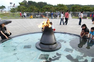 毎年6月23日(慰霊の日)には、多くの人が祈りを捧げる