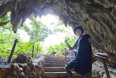 洞窟をくぐってツアー開始! 期待感とワクワク感が高まる瞬間だ